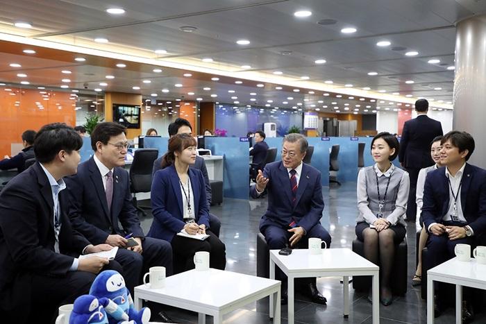 문재인 대통령이 21일 서울 중구 IBK기업은행 본점에서 열린 혁신금융 비전선포식 참석에 앞서 직원들과 대화를 나누고 있다.