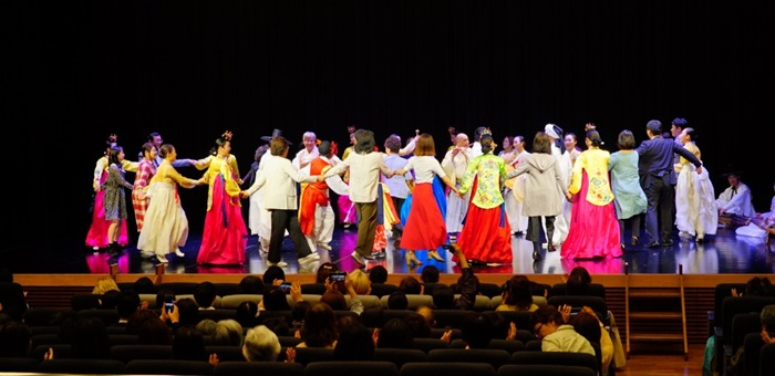 """Troupes and people from Korea and Japan on May 10 gather to perform the   traditional Korean group dance ganggangsullae at Hanmadang Hall of the KCC in   Tokyo. The dance took place during the concert """"Sounds Are Dancing."""" (Korean   Cultural Center in Tokyo)"""