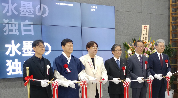 """KOCIS Director Kim Tae-hoon (second from right), Korean Cultural Center (KCC)   Tokyo chief Hwang Seong-un (second from left), fashion designer Jung Kuho (third   from left) and Japan's Agency for Cultural Affairs Commissioner Ryohei Miyata   (third from right) on May 9 cut the ribbon at the KCC in Tokyo to officially open   the exhibition """"Monochrome Monologue."""""""