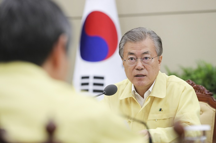 President Moon Jae-in on May 30 presides over an emergency meeting at Cheong Wa Dae on Korean tourists who went missing in Hungary after their boat sank in a collision. (Cheong Wa Dae)