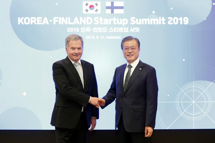 President Moon Jae-in (right) and Finnish President Sauli Niinisto on June 11 shake hands at the Korean-Finnish Startup Summit in Helsinki.