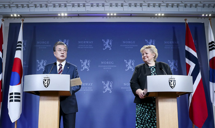 President Moon Jae-in on June 13 holds a joint news conference with Norwegian Prime Minister Erna Solberg after their summit at her official residence in Oslo, Norway. (Cheong Wa Dae)