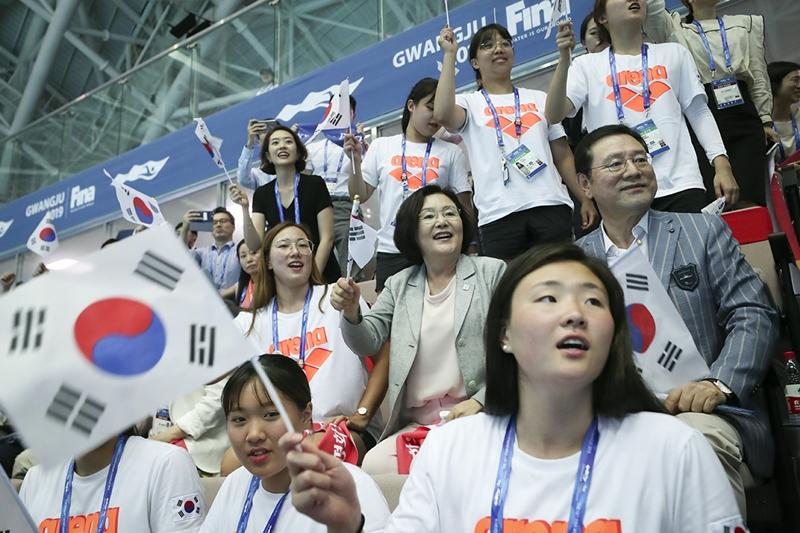 First lady Kim Jung-sook on July 22 cheers for South Korean swimmer Kim Seo-yeong competing in the women's 200-meter individual medley final ofat the FINA World Aquatics Championships at Nambu University Municipal Aquatics Center in Gwangju. (Cheong Wa Dae)