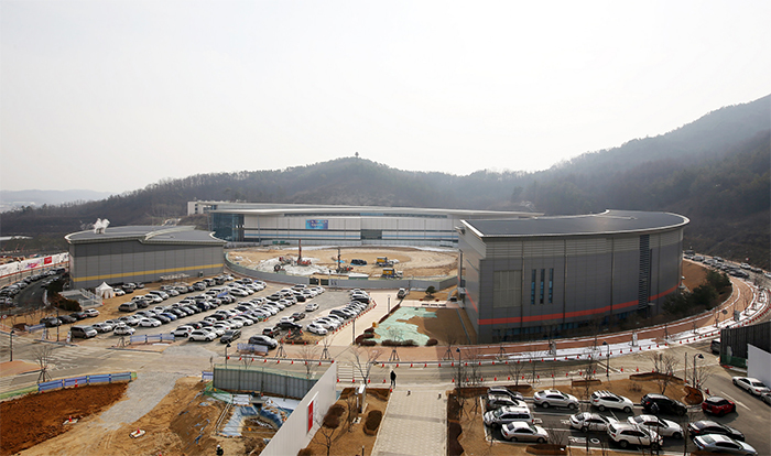 The administrative offices, swimming center, multi-gym and athlete's center are connected via the main building at the Jincheon National Training Center.