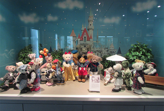 At the Teddy Bear Museum, you can see the history of teddy bears including famous scenes, popular teddy bears of different eras, and antique teddy bears.