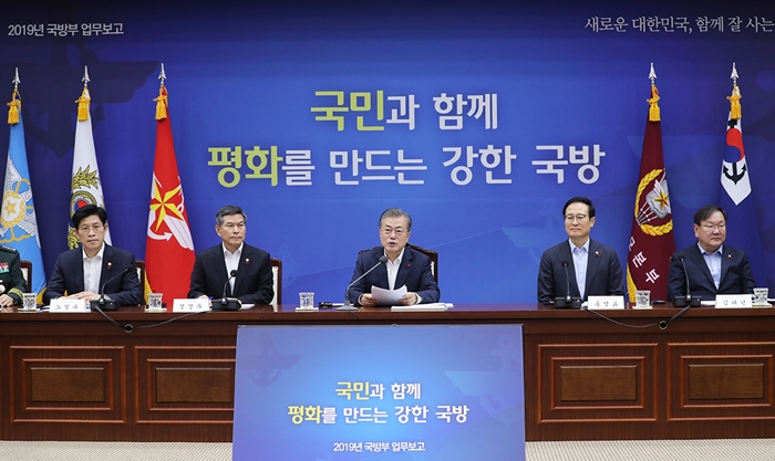 President Moon Jae-in on Dec. 20 delivers opening statements at the National Defense Ministry on policy goals for 2019. (Cheong Wa Dae)