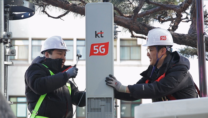 KT technicians install a 5G mobile base station in Seoul's Gwanghwamun area.
