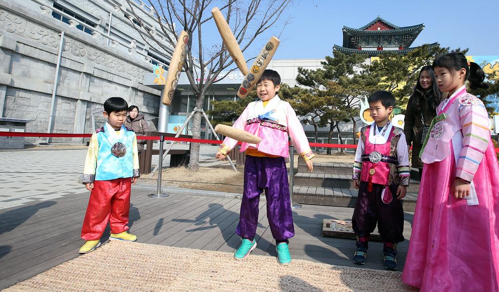 연중 가장 중요한 명절 중 하나인 설날에 한국인들은 가족과 모여 떡국을 먹고 전통놀이를 즐긴다. 각국의 한국문화원이 준비한 설 맞이 행사에서 차례, 전통놀이, 세배 등 한국식 설 풍습을 체험해 볼 수 있다. 코리아넷DB