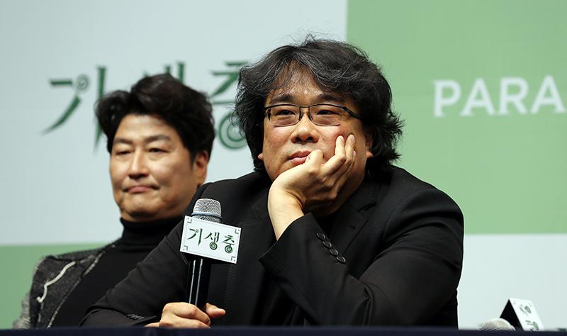 봉준호 감독이 19일 웨스틴 조선호텔에서 열린 기자회견에서 기자들의 질문을 경청하고 있다.