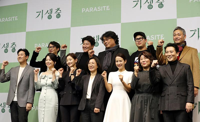 봉준호 감독을 포함해 영화 '기생충' 배우와 제작진들이 19일 웨스틴 조선호텔에서 아카데미 시상식 이후 한국에서 공식기자회견을 가졌다.