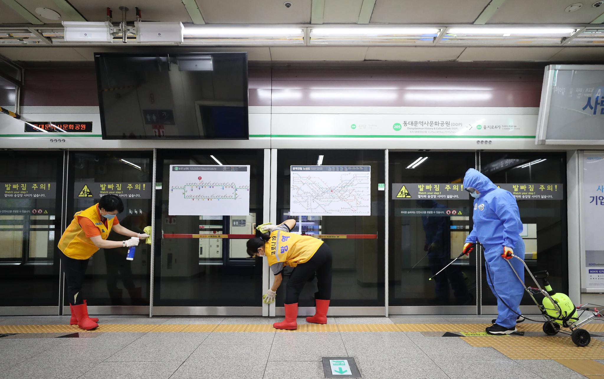▲ 한국산업안전보건공단은 최근 국제노동기구 산하 국제사회보장협회(ISSA)를 비롯해 독일, 프랑스 등 13개국 17개 기관에서 코로나바이러스감염증-19 대응 방역 관련 자료를 요청했다고 10일 밝혔다. 사진은 서울지하철 소독을 하고 있는 모습. 코리아넷 DB