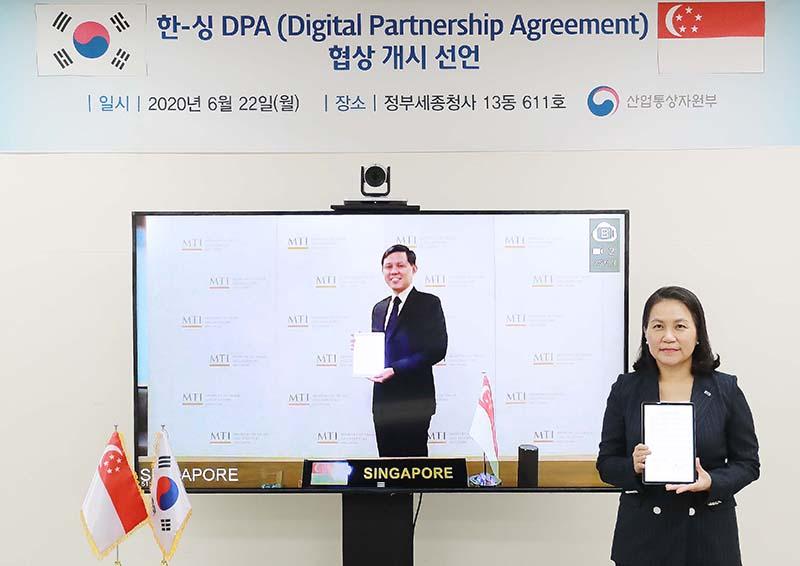 ▲ 유명희 산업통상자원부 통상교섭본부장(오른쪽)과 찬춘싱 싱가포르 통상산업부 장관이 22일 화상회의를 통해 '한-싱가포르 디지털동반자협정(Korea-Singapore Digital Partnership Agreement)' 협상 개시를 공식 선언했다. 산업통상자원부