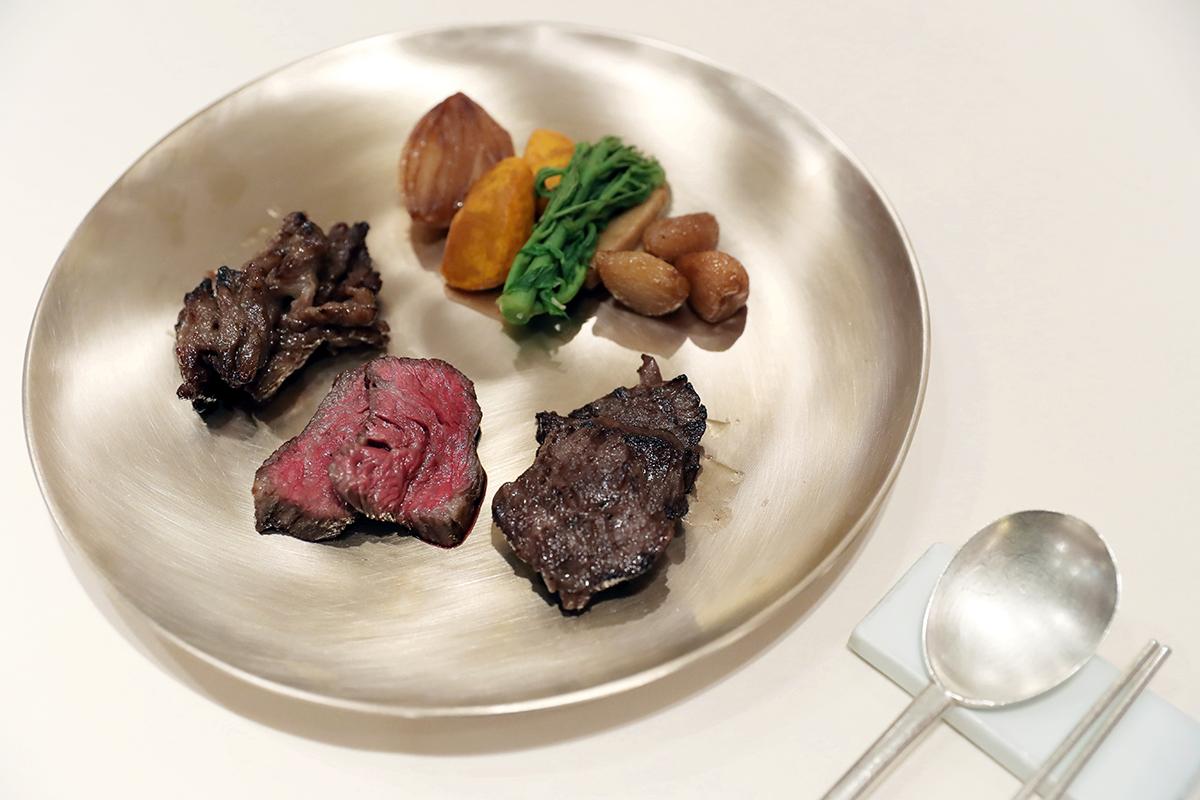▲ 고급 식기로 여겨지는 유기는 국빈 행사의 만찬 테이블에 자주 사용된다. 사진은 2018년 남북정상회담 만찬에 사용된 유기접시. 청와대