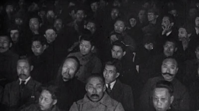 1922년 1월 모스크바의 원동민족혁명단체대표회 개막식 영상에 나온 참석자들. 가운데 코트를 입고 콧수염을 기른 이가 홍범도 장군(키 190㎝)이다