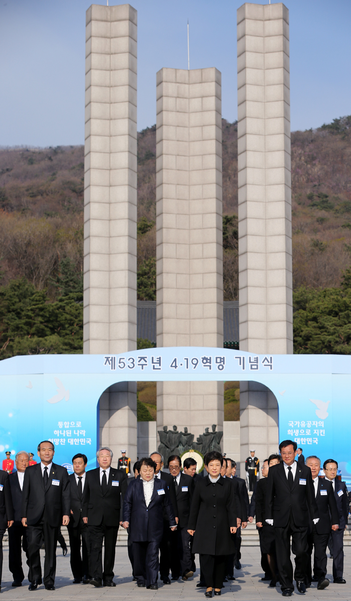 President Park and her aides leave the National Cemetery for the April 19th Revolution after paying respects on April 19 (photo from Cheong Wa Dae).