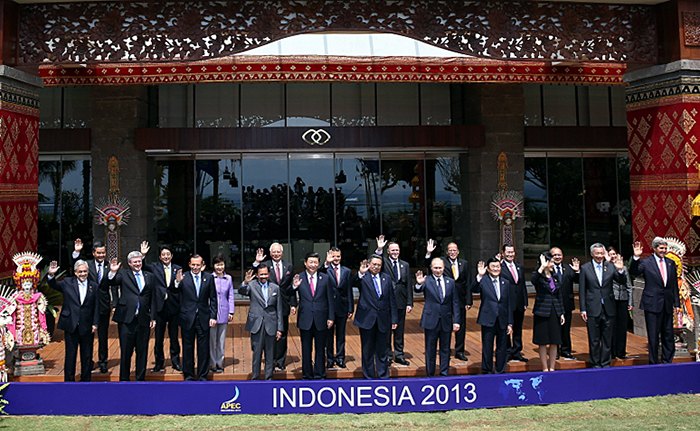 APEC leaders pose for photos at the APEC Leaders Meeting at the Sofitel Bali Nusa Dua in Bali, Indonesia, on October 8. (Photo: Cheong Wa Dae)