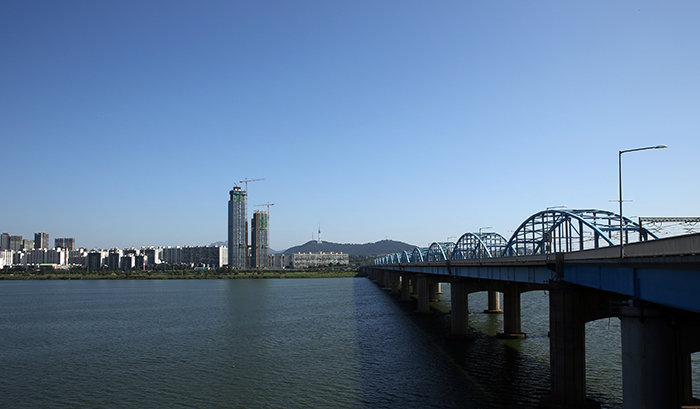 Seoul as seen from the Hangang River at the Dongjak Bridge on August 8. (photo: Jeon Han)