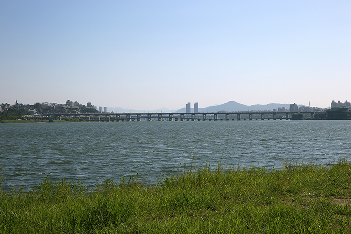 The Banpo and Jamsu Bridges, as seen from the banks of the Hangang River at the Dongjak Bridge, on August 8. (photo: Jeon Han)