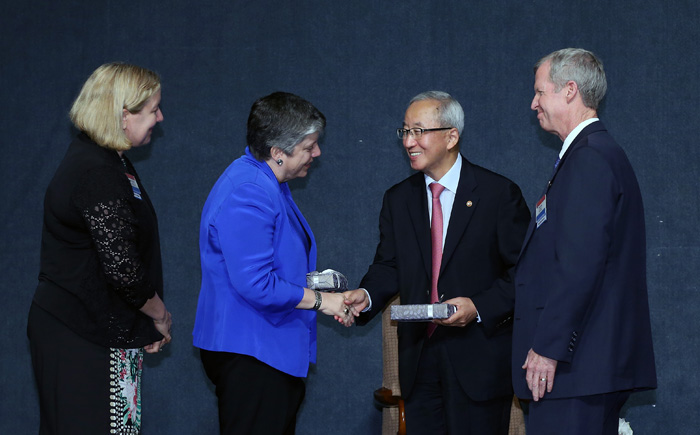 Deputy Prime Minister Hyun Oh-seok (second from right) shakes hands with U.S. Secretary of Homeland Security Janet Napolitano (second from left) with AMCHAM Chairman Pat Gaines (first from right) and AMCHAM President Amy Jackson (first from left) watching them (photo: Jeon Han).