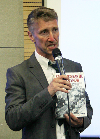 Andrew Salmon speaks at the lecture (photo: Limb Jae-un).