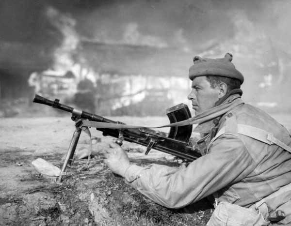 A Highlander sets up his machine gun during the fight for Sariwon, North Korea in the winter of 1950 (photo courtesy of State Library of Victoria).