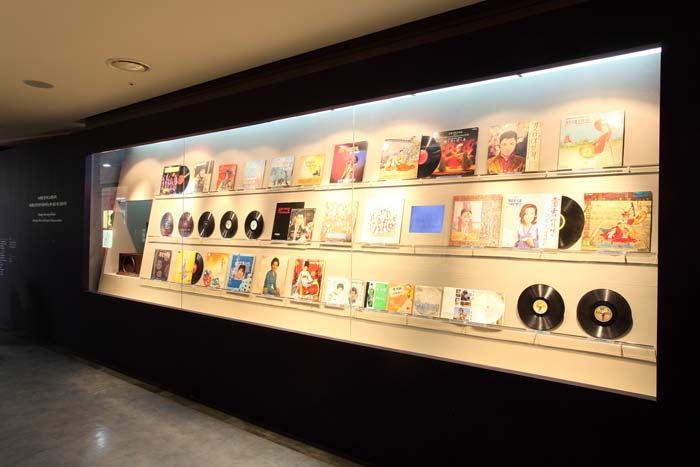 This exhibition unveils a rendition of Arirang sung by two Korean soldiers who were serving as prisoners of war after capture by Germans during the First World War. This exhibition also provides SP and LP records containing around 100 recordings of Arirang and other Korean folk songs that can be appreciated with headphones (photo courtesy of Mungyeong Old Road Museum).