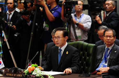 President Lee Myung-bak attends the 14th Korea-ASEAN Summit in Bali, Indonesia in November 2011 (photo: Yonhap News).