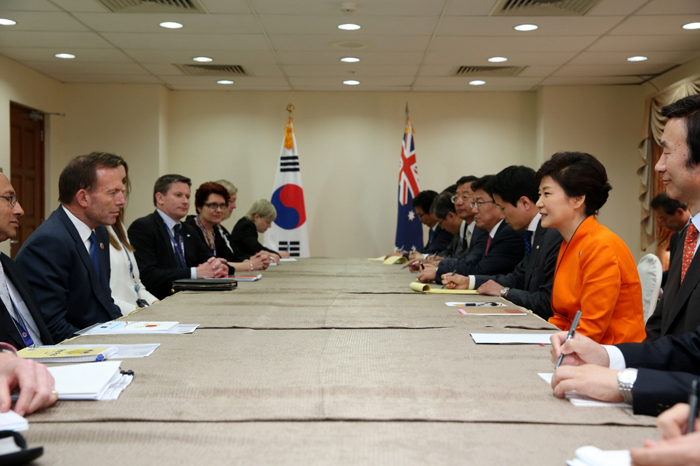 President Park Geun-hye (second from right) holds talks with Australian Prime Minister Tony Abbott during the bilateral summit held in Brunei on October 9. (photo: Cheong Wa Dae)