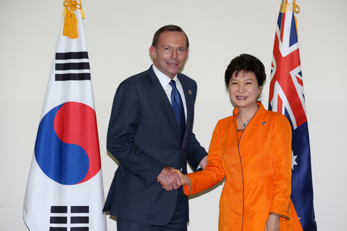 President Park Geun-hye (right) shakes hands with Australian Prime Minister Tony Abbott during the bilateral summit held in Brunei on October 9. (photo: Cheong Wa Dae)