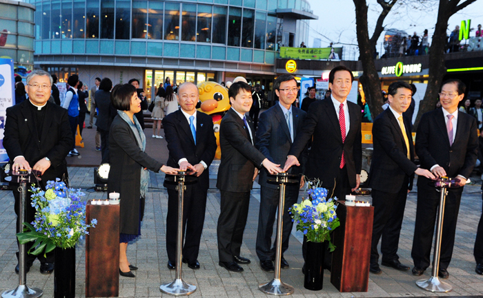 Minister of Health and Welfare Moon Hyung-pyo (third from left), Cardinal Yeom Soo-jung (left) and other participants switch on the blue spot lights at N Seoul Tower in honor of World Autism Awareness Day on April 2. (photo courtesy of the Ministry of Health and Welfare)