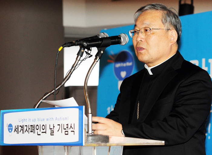 Cardinal Yeom Soo-jung delivers a speech during the lighting ceremony at N Seoul Tower on April 2. (photo courtesy of the Ministry of Health and Welfare)