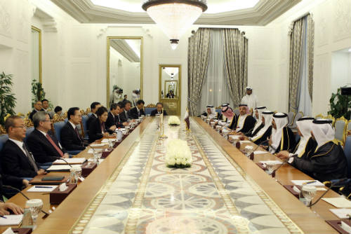 President Lee meets Abdul Rahman, minister of the Municipality and Urban Planning of Qatar in Doha on February 9