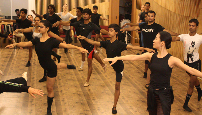 Dancers from the National Ballet Company of Korea teach Indian students from the Central Contemporary Ballet school at the KCC India on October 25. (photos courtesy of the National Ballet Company)