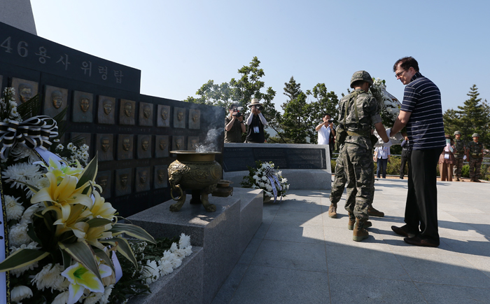 Korea Tourism Organization President Lee Cham pays a floral tribute at the Cheonan 46 Warriors Memorial Tower. The naval corvette Cheonan was split in half and sank near the inter-Korean sea border on March 26, 2010 (photo: Jeon Han).