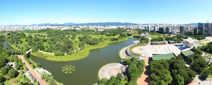 Olympic Park in eastern Seoul is a relaxing getaway from the busy streets of the city. An art museum, a barley field, and 1,000-year-old wooden fences from the Baekje Kingdom make the walk a liitle more special (photo courtesy of Olympic Park).