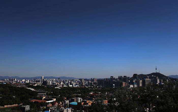 A deep blue sky stretches out over Seoul, as seen from Cheongwun Park in Jongno District, Seoul, on September 26 (photo: Jeon Han).