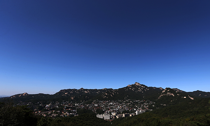 The peak of Bukhansan Mountain and Pyeongchang-dong in northern Seoul create a wonderful view with a deep blue sky, as seen from Bugak Pavilion on Bugaksan Mountain on September 26 (photo: Jeon Han).
