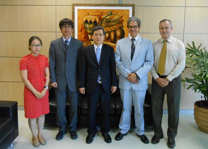 International Affairs Director-General Ryu Kwang-su (middle) of the KFS and Fernando Coimbra (second from right), head of the Office for International Affairs at MMA, pose for a picture after the first meeting on forestry cooperation in Brasilia (photo courtesy of KFS).