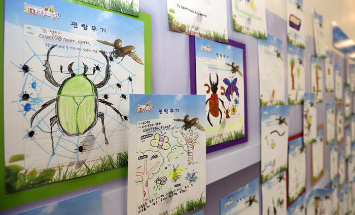 Reviews of children who visited the exhibition are displayed inside the venue (photo: Jeon Han).