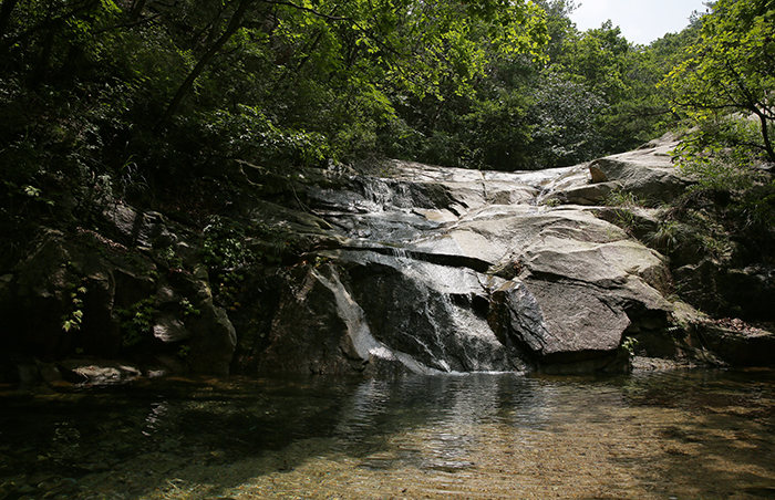 Clean and icy cold water flows through the valleys of Bukhansan Mountain. It is so cold that it is not easy to stay in for long, even in the summer heat. (photo: Jeon Han)