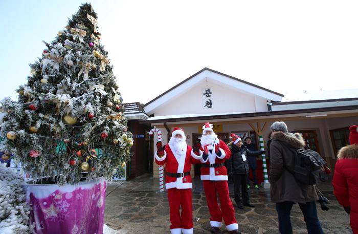경상북도 봉화 분천역에서는 산타클로스가 열차를 타고 도착한 관광객들을 맞이한다.