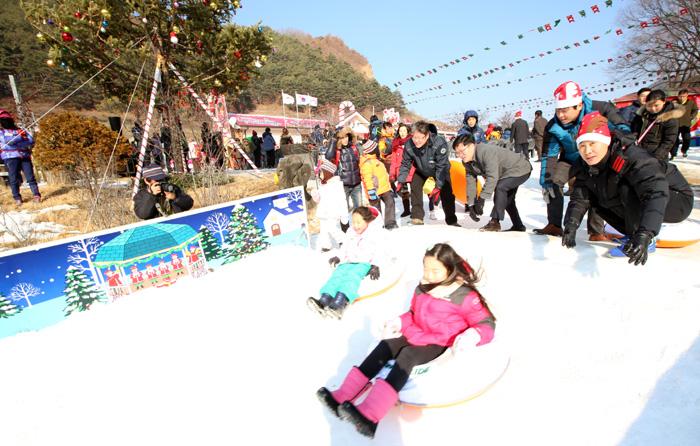 분천역 산타마을 입구에는 20일 눈썰매장이 개장했다.