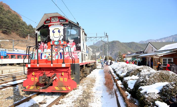 2015년 2월 15일까지 분천역 산타마을로 승객을 싣고 달리는 '백두대간 눈꽃열차'는 크리스마스와 산타를 테마로 꾸며졌다.