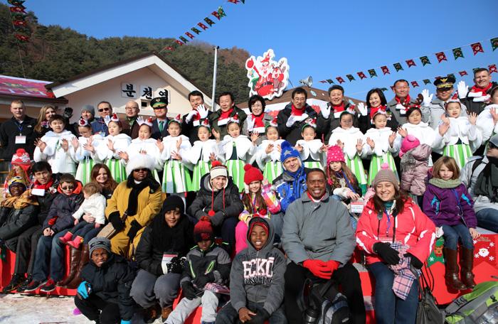 경상북도 봉화군 분천역 산타마을을 찾은 국, 내외 관광객들이 20일 기념사진을 찍으며 즐거워하고 있다.