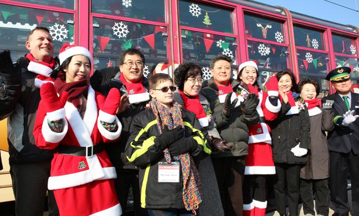 '백두대간 눈꽃열차' 앞에서 관광객들이 산타복장을 한 승무원들과 함께 기념사진을 찍고 있다.
