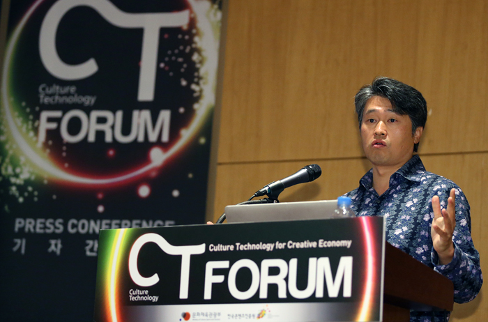 Director Lee Seung-hun holds a press conference at CT Forum held in COEX, southern Seoul, on April 16 (photo: Jeon Han).