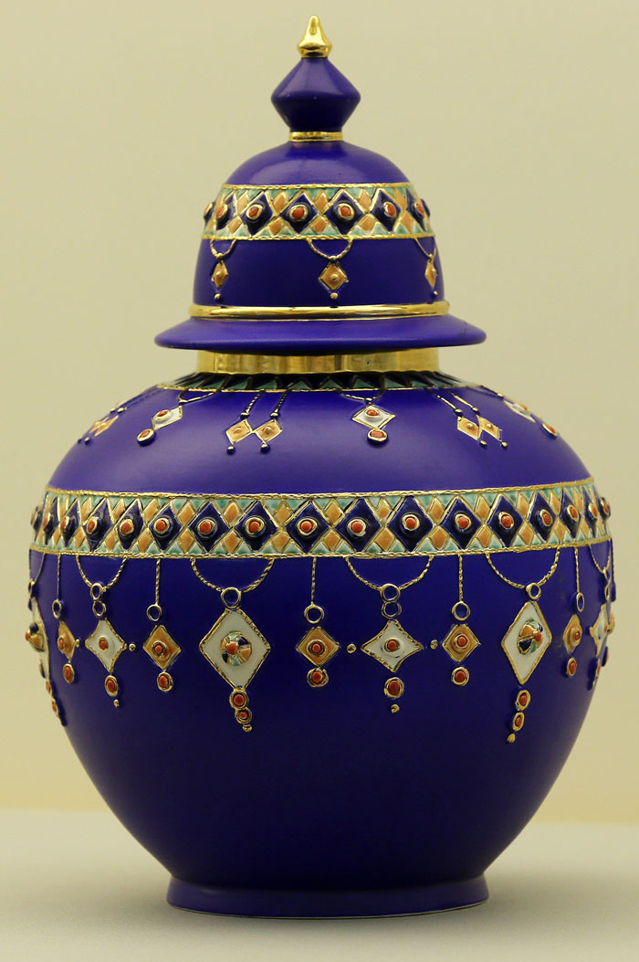 """The jar decorated with traditional patterns that the President of Algeria Abdelaziz Bouteflika gave to President Roh Moo-hyun during his visit to Algeria in March 2006 is on display at the """"Sincerity and Regards From All Over the World"""" exhibition, currently at the Cheong Wa Dae Sanrangchae."""