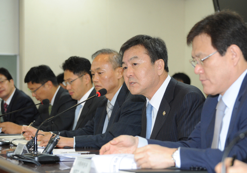 Vice Minister of Strategy and Finance Shin Je-Yoon makes opening remarks at a meeting to discuss follow-up measures on winning the rights to host the GCF (photo: Yonhap News).
