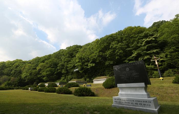 The tombs of Catholic martyrs Jeong Yak-jong (later baptized as Augustinus), Yi Seung-hun, Gwon Il-sin (Francis Xavier), Gwon Cheol-sin (Ambrosius) and Yi Byeok are at the Chon Jin Am memorial site in Gwangju, Gyeonggi-do (Gyeonggi Province). (photo: Jeon Han)