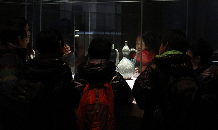 Elementary school students appreciate a gourd-shaped pitcher (National Treasure No. 116) inside the celadon gallery at the National Museum of Korea on November 27. (Photo: Yoon Sojung)